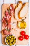 Κρέας που τίθεται για ένα γρήγορο πρόχειρο φαγητό Στοκ Εικόνες