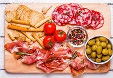 Κρέας που τίθεται για ένα γρήγορο πρόχειρο φαγητό Στοκ Εικόνα