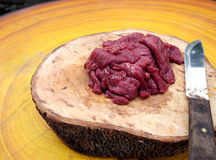 Κρέας που τεμαχίζεται φρέσκο για το μαγείρεμα της προετοιμασίας στον τεμαχισμό του ξύλου Στοκ Εικόνες
