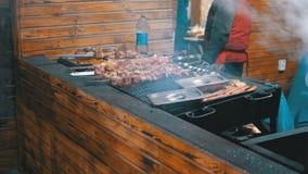 Κρέας που ψήνεται στη σχάρα στα οβελίδια στη σχάρα στην αγορά οδών φιλμ μικρού μήκους