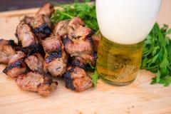 Κρέας, πράσινος και μπύρα σχαρών Στοκ φωτογραφία με δικαίωμα ελεύθερης χρήσης