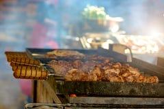 Κρέας στα οβελίδια που τηγανίζονται Στοκ Εικόνα