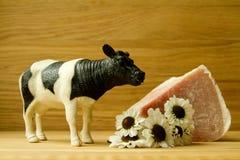 Κρέας στον ξύλινο πίνακα με τα λουλούδια λιβαδιών Στοκ Φωτογραφίες