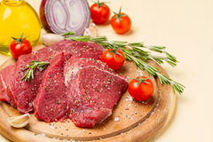 Κρέας στο άλας και πιπέρι σε ένα στρογγυλό πιάτο Στοκ φωτογραφία με δικαίωμα ελεύθερης χρήσης