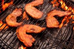 Κρέας σχαρών με τις φλόγες Στοκ εικόνα με δικαίωμα ελεύθερης χρήσης