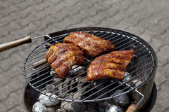 κρέας σχαρών σχαρών έξω από το καλοκαίρι με Στοκ Φωτογραφία