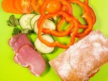 Κρέας, ψωμί και λαχανικά σε πράσινο Στοκ εικόνα με δικαίωμα ελεύθερης χρήσης