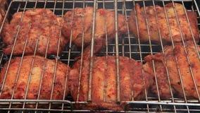 Κρέας Chiken στον καπνό σχαρών σχαρών απόθεμα βίντεο