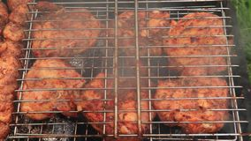 Κρέας Chiken στον καπνό σχαρών σχαρών φιλμ μικρού μήκους