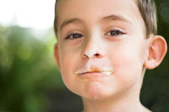 κρέμα αγοριών που τρώει το& Στοκ εικόνες με δικαίωμα ελεύθερης χρήσης