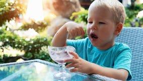 κρέμα αγοριών που τρώει το& απόθεμα βίντεο