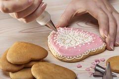 Κρέμα διακοσμήσεων με τα μπισκότα στη μορφή της καρδιάς Στοκ Φωτογραφίες