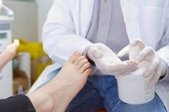 Κρέμα διανομής Podiatrist για τα πόδια ασθενών Στοκ φωτογραφίες με δικαίωμα ελεύθερης χρήσης