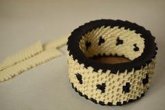 Κρέμα και μαύρο κύπελλο origami Στοκ Εικόνα