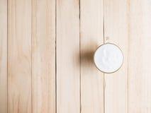 Κρέμα καφέ στο ξύλινο υπόβαθρο σύστασης Στοκ Φωτογραφίες