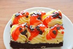 Κρέμα καλύμματος κέικ σοκολάτας και σάλτσα φραουλών σαλτσών στο πιάτο Στοκ φωτογραφίες με δικαίωμα ελεύθερης χρήσης