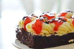 Κρέμα καλύμματος κέικ σοκολάτας και σάλτσα φραουλών σαλτσών στο πιάτο στοκ φωτογραφία με δικαίωμα ελεύθερης χρήσης