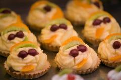 κρέμα κερασιών cupcakes στοκ εικόνα