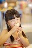 κρέμα κώνων που τρώει τον πάγο κοριτσιών στοκ εικόνες