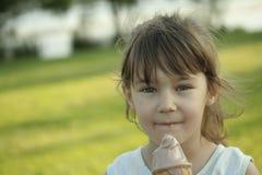 κρέμα παιδιών που τρώει τον πάγο Στοκ φωτογραφίες με δικαίωμα ελεύθερης χρήσης
