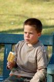 κρέμα παιδιών που τρώει τον πάγο στοκ φωτογραφία με δικαίωμα ελεύθερης χρήσης