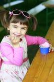 κρέμα που τρώει τον πάγο κοριτσιών ελάχιστα στοκ εικόνα