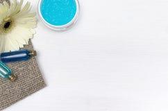 Κρέμα προσώπου, άσπρο λουλούδι gerbera και μπλε ουσιαστικό έλαιο Εξαρτήματα λουτρών SPA Θεραπεία αρώματος Στοκ εικόνα με δικαίωμα ελεύθερης χρήσης