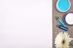 Κρέμα προσώπου, άσπρο λουλούδι gerbera και μπλε ουσιαστικό έλαιο Εξαρτήματα λουτρών SPA Θεραπεία αρώματος Στοκ εικόνες με δικαίωμα ελεύθερης χρήσης