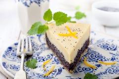 Κρέμα σπόρου παπαρουνών ξινή, κέικ, φέτα πιτών με την απόλαυση λεμονιών Στοκ εικόνες με δικαίωμα ελεύθερης χρήσης