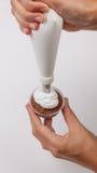 Κρέμα σωλήνων πέρα από muffin σοκολάτας Στοκ φωτογραφίες με δικαίωμα ελεύθερης χρήσης