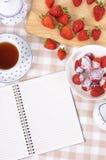 Κρέμα φραουλών, κύπελλο, κενό σημειωματάριο βιβλίων συνταγής, διάστημα αντιγράφων Στοκ Εικόνες