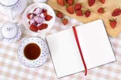 Κρέμα φραουλών, κύπελλο, κενό σημειωματάριο βιβλίων συνταγής, διάστημα αντιγράφων Στοκ φωτογραφία με δικαίωμα ελεύθερης χρήσης