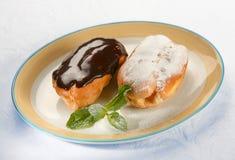 κρέμα ECLAIR δύο κέικ Στοκ Εικόνα