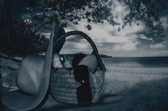 Κρέμες δερμάτων και όλα τα εργαλεία σε ένα καλάθι στην παραλία τα βράδια στοκ εικόνες με δικαίωμα ελεύθερης χρήσης