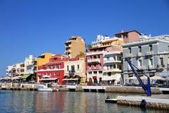 Κρήτη, Άγιος Νικόλαος, λαμπρά χρωματισμένα σπίτια στο λιμένα στοκ εικόνα