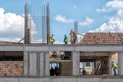 Κρήτη, Ελλάδα, Marth 29, 2018: Εργάτες οικοδομών που εργάζονται Στοκ Φωτογραφίες