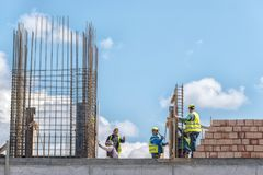 Κρήτη, Ελλάδα, Marth 29, 2018: Εργάτες οικοδομών που εργάζονται Στοκ Εικόνες