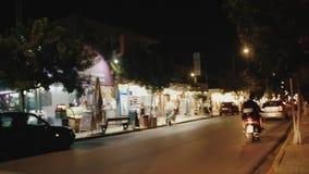 Κρήτη Οδοί νύχτας Στα οδικά πηγαίνοντας αυτοκίνητα και τα ποδήλατα απόθεμα βίντεο
