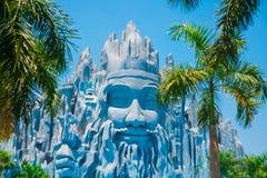 Κρίνοι νερού και ο ναός στο Suoi Tien στο Βιετνάμ, στην πόλη του Ho Chi Minh Στοκ Εικόνες