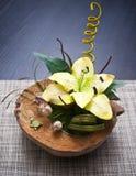 Κρίνος λουλουδιών στο ξύλινο βάζο Στοκ εικόνα με δικαίωμα ελεύθερης χρήσης