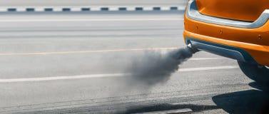 Κρίση ατμοσφαιρικής ρύπανσης στην πόλη από το σωλήνα εξάτμισης πετρελαιοκίνητων οχημάτων στοκ φωτογραφίες