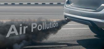 Κρίση ατμοσφαιρικής ρύπανσης στην πόλη από το σωλήνα εξάτμισης πετρελαιοκίνητων οχημάτων στο δρόμο στοκ φωτογραφίες