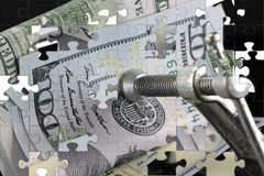 Κρίση προϋπολογισμών που βάζει μια συμπίεση στα χρήματά σας Στοκ εικόνα με δικαίωμα ελεύθερης χρήσης