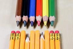 Κραγιόνια και ξύστρα για μολύβια σε έναν ξύλινο πίνακα γραφείων Κραγιόνια W Στοκ φωτογραφία με δικαίωμα ελεύθερης χρήσης