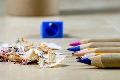 Κραγιόνια και ξύστρα για μολύβια σε έναν ξύλινο πίνακα γραφείων Κραγιόνια W Στοκ εικόνες με δικαίωμα ελεύθερης χρήσης