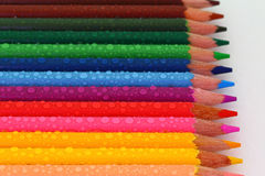 Κραγιόνια μολυβιών με τα σταγονίδια νερού Στοκ Φωτογραφίες