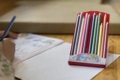 κραγιόνι με το υπόβαθρο της ζωγραφικής παιδιών στην εικόνα Στοκ εικόνες με δικαίωμα ελεύθερης χρήσης