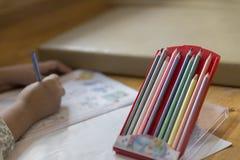 κραγιόνι με το υπόβαθρο της ζωγραφικής παιδιών στην εικόνα Στοκ φωτογραφία με δικαίωμα ελεύθερης χρήσης