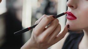 Κραγιόν στα κόκκινα χείλια του προτύπου μόδας απόθεμα βίντεο
