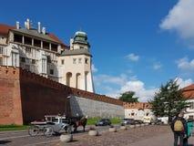 Κρακοβία, Πολωνία - 09 13 2017: Πόλη πρωινού μετά από τη βροχή φωτεινή ημέρα ηλιόλουστη Castle των βασιλιάδων στιλβωτικής ουσίας Στοκ Φωτογραφία